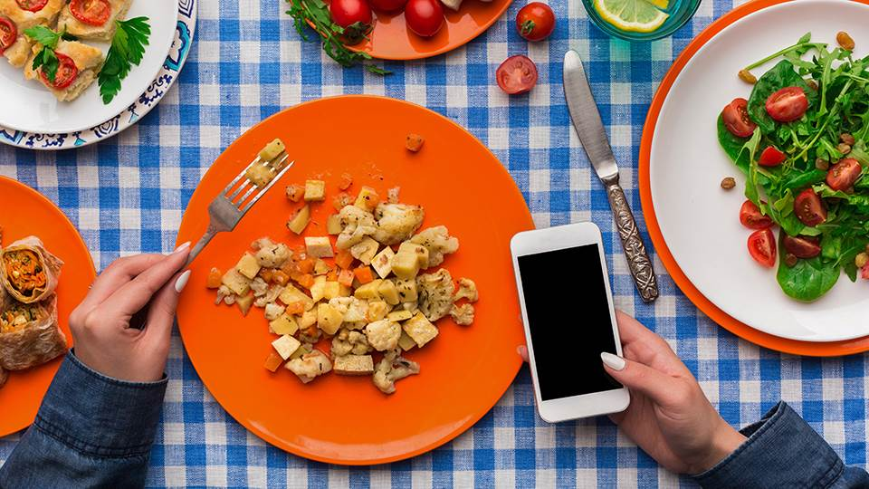 Top 5 apps for food allergy sufferers virtual college food on plates and man on his phone forumfinder Choice Image